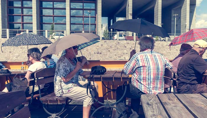 日傘をさす人々